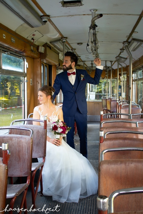 Brautpaar in Straßenbahn
