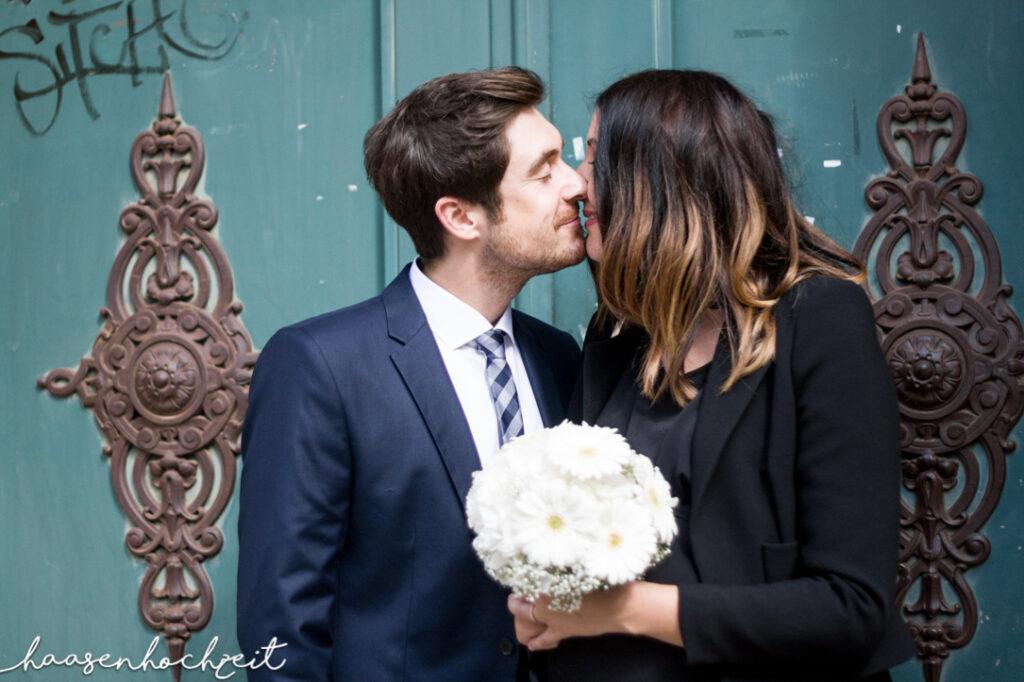 Brautpaar küsst sich zärtlich nach dem Standesamtsgang