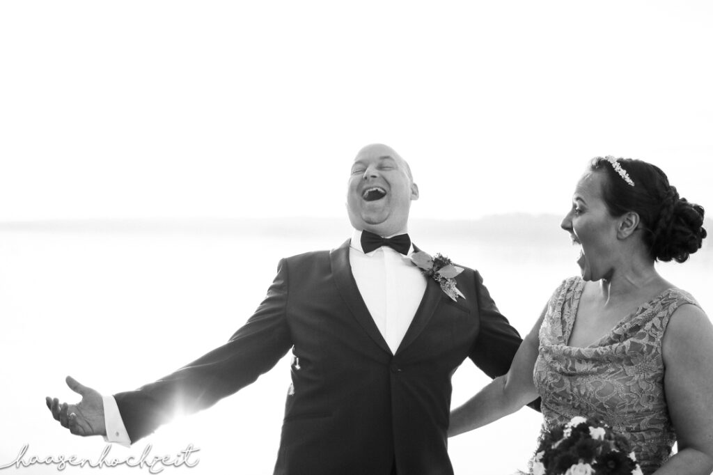 Lustiges Brautpaar spaßt gelassen herum