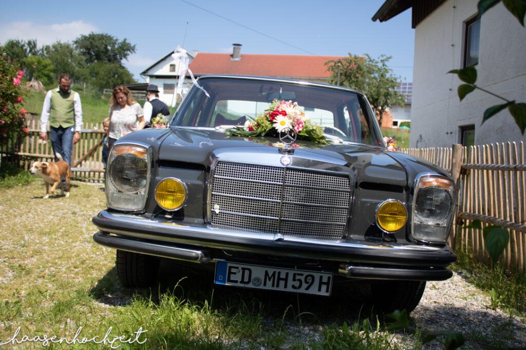 Oldtimer Hochzeitsauto geschmückt für die Feier
