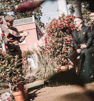 Queere freie Trauung in Berlin mit Hochzeitsredner Johann-Jakob Wulf von Strauß & Fliege
