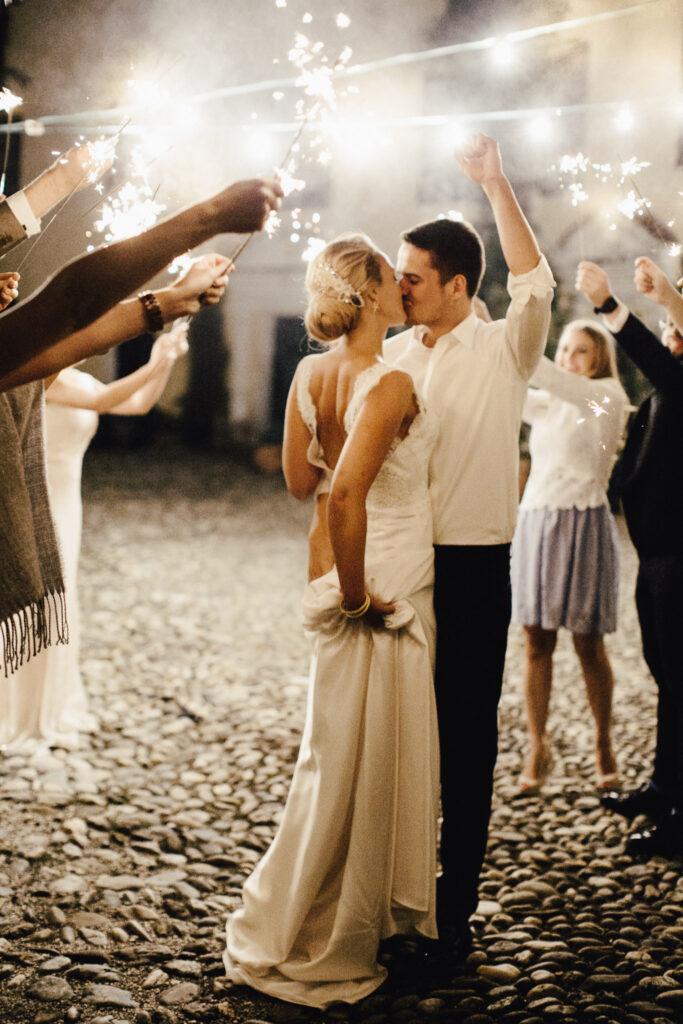 Brautpaar küsst sich unter Sternwerfern
