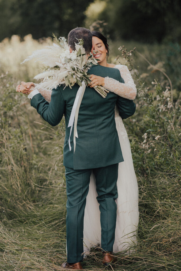 Brautpaar tanzt auf einer Almwiese