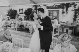 Brautpaar küsst sich innig nach der Hochzeitsansprache