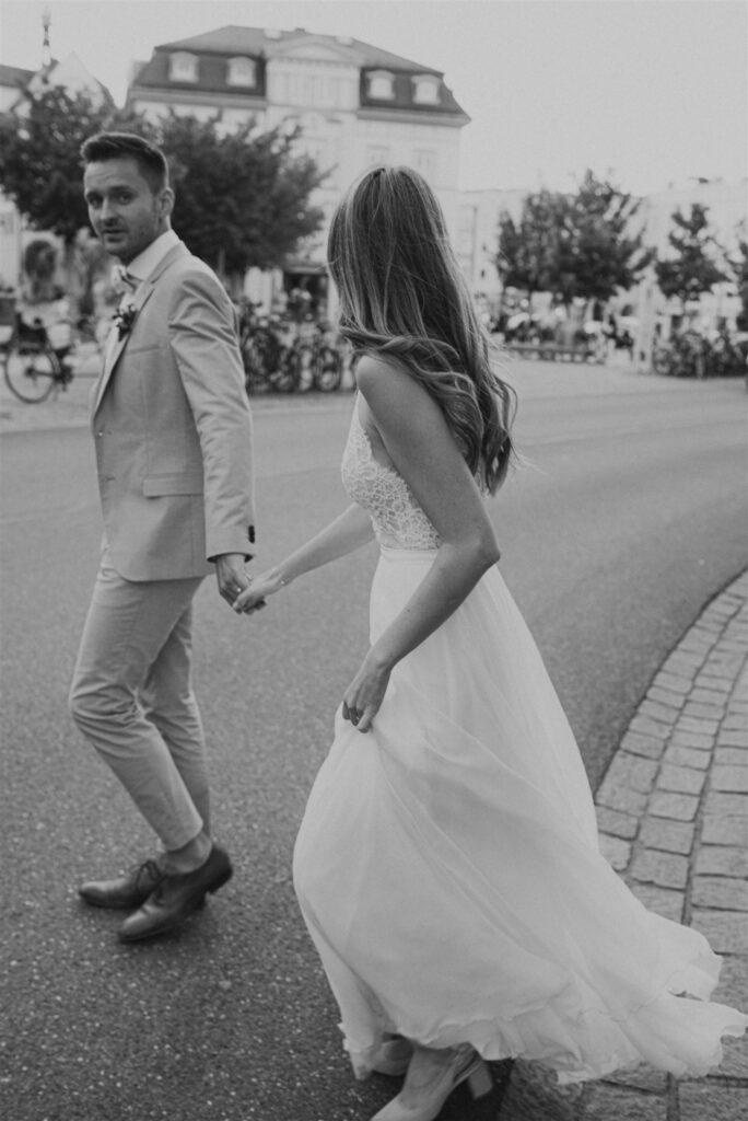 Brautpaar auf dem Weg zur freien Trauung