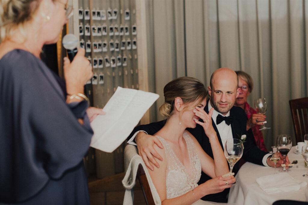Brautpaar zu Tränen gerührt von der Rede der Trauzeugin