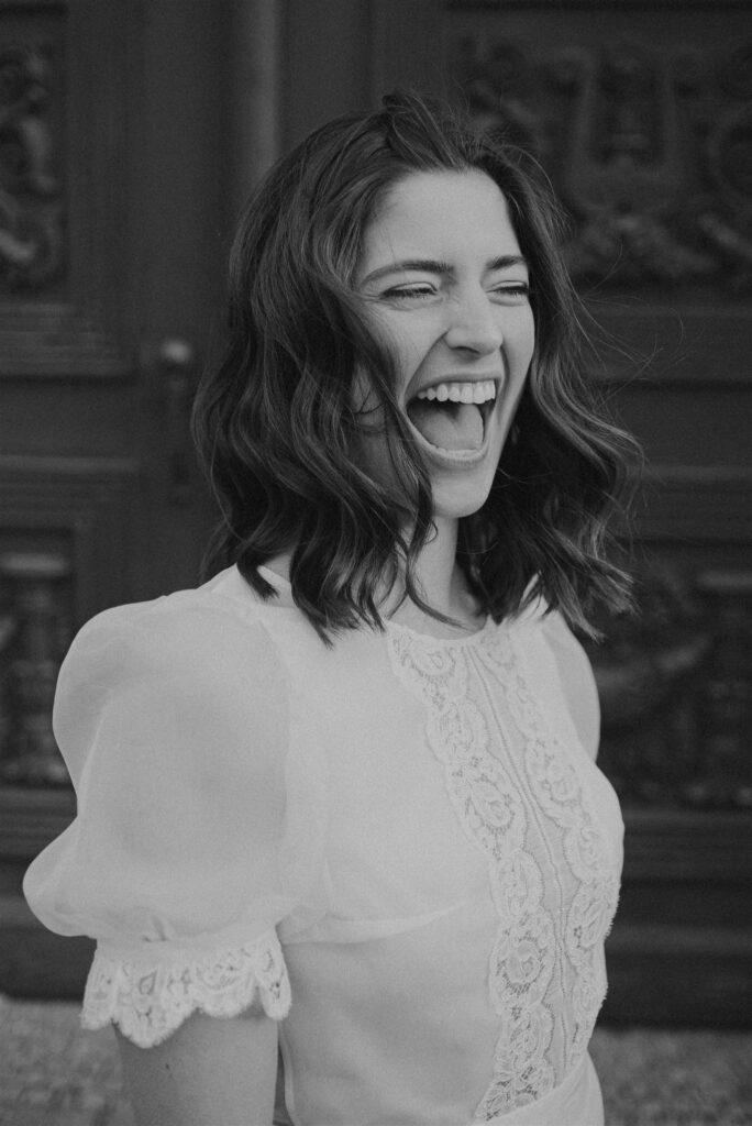 Lachende Braut schwarz-weiß OH OUI BRIDAL