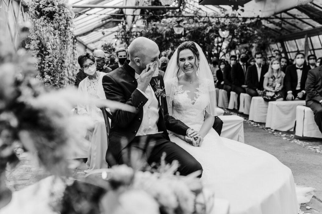Bräutigam in Tränen während der Trauzeremonie