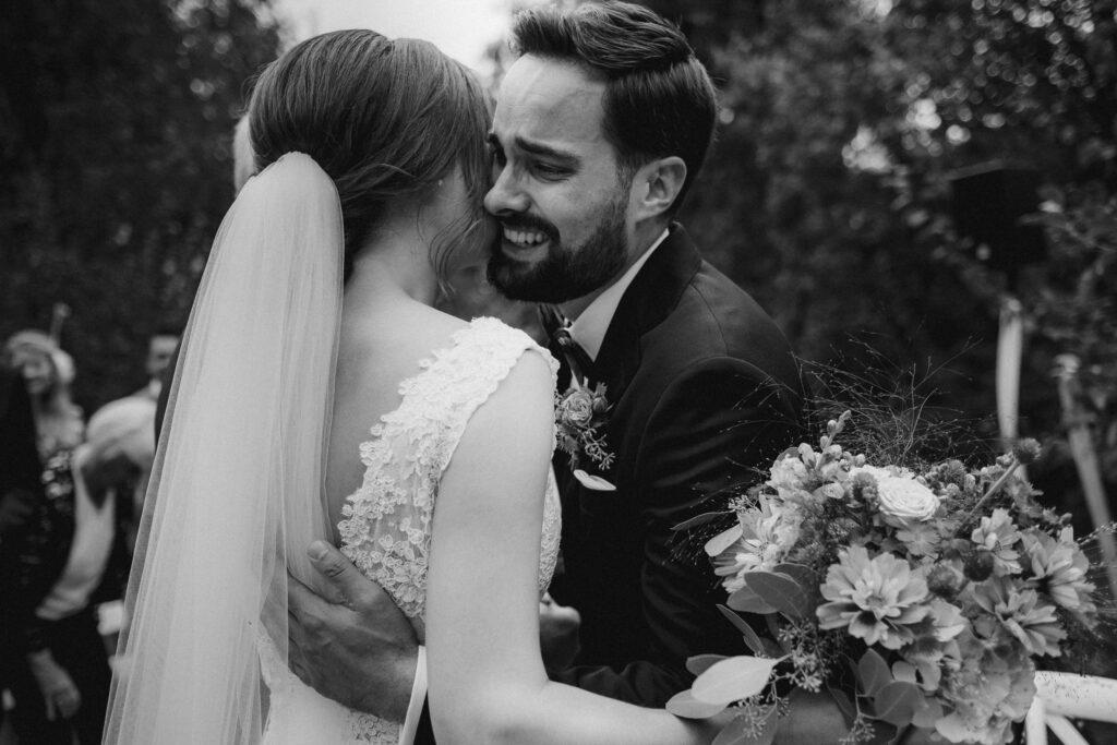 Bräutigam in Tränen nach dem Ja-Wort