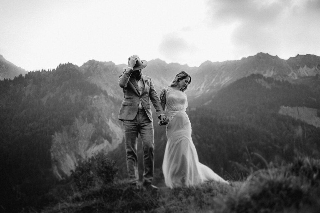 Boho Brautpaar in den Alpen