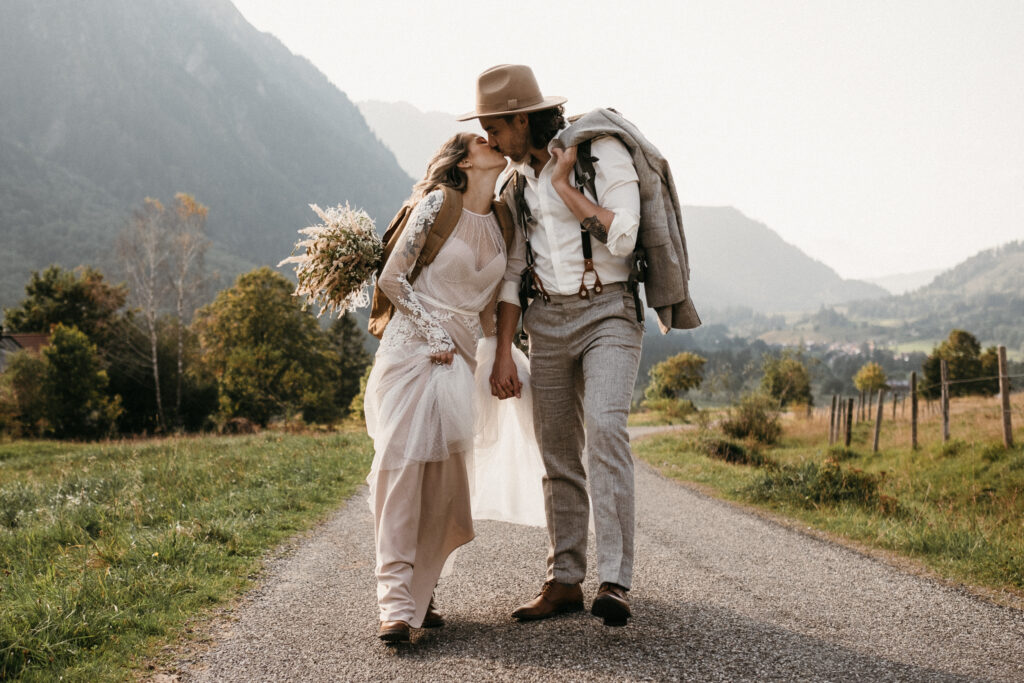 Boho Brautpaar in Wanderstiefeln