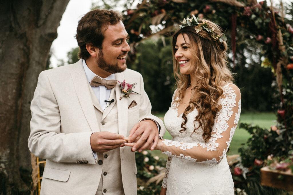 Brautpaar lächelt und strahlt während Ringwechsel