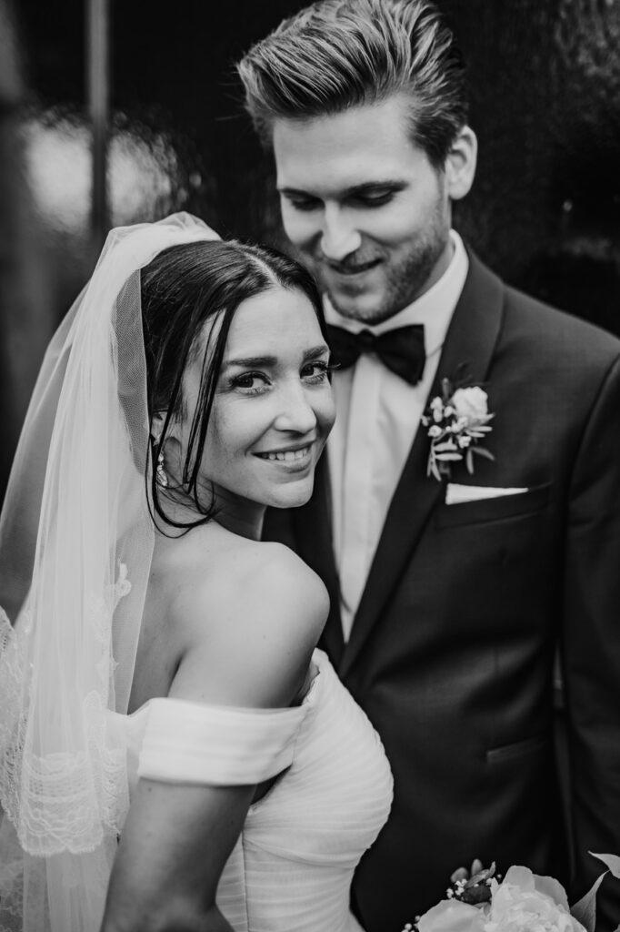 Strahlendes Brautpaar Foto schwarz-weiß
