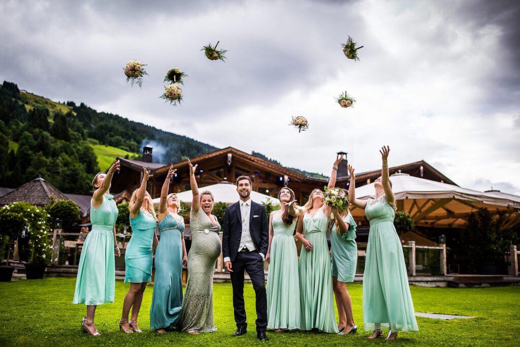 Brautstrauß werfen | Blumenstrauß Brautjungfern | Strauß & Fliege