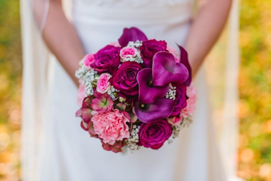 Brautstrauß purpur | Blumenstrauß Hochzeit | Strauß & Fliege