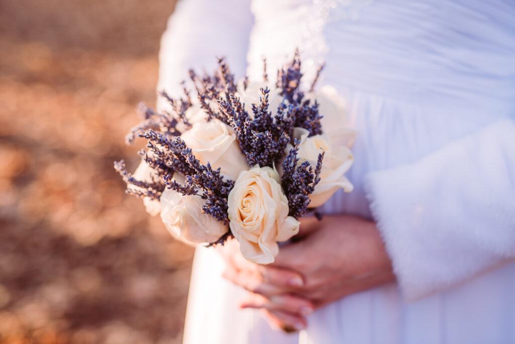 Brautstrauß creme und Lavendel | Blumenstrauß Hochzeit | Strauß & Fliege