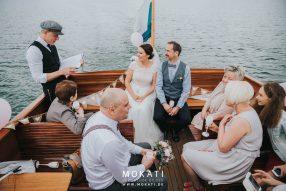 Freie Trauung im Freien | Hochzeit auf dem Boot | Strauß & Fliege