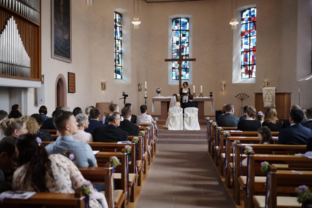Freie Trauung in der Kirche   Trauredner und Pastor   Strauß & Fliege