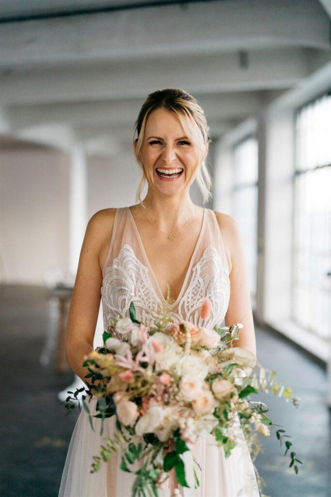 Strahlende Braut mit Strauß | Freie Trauung Wien | Strauß & Fliege