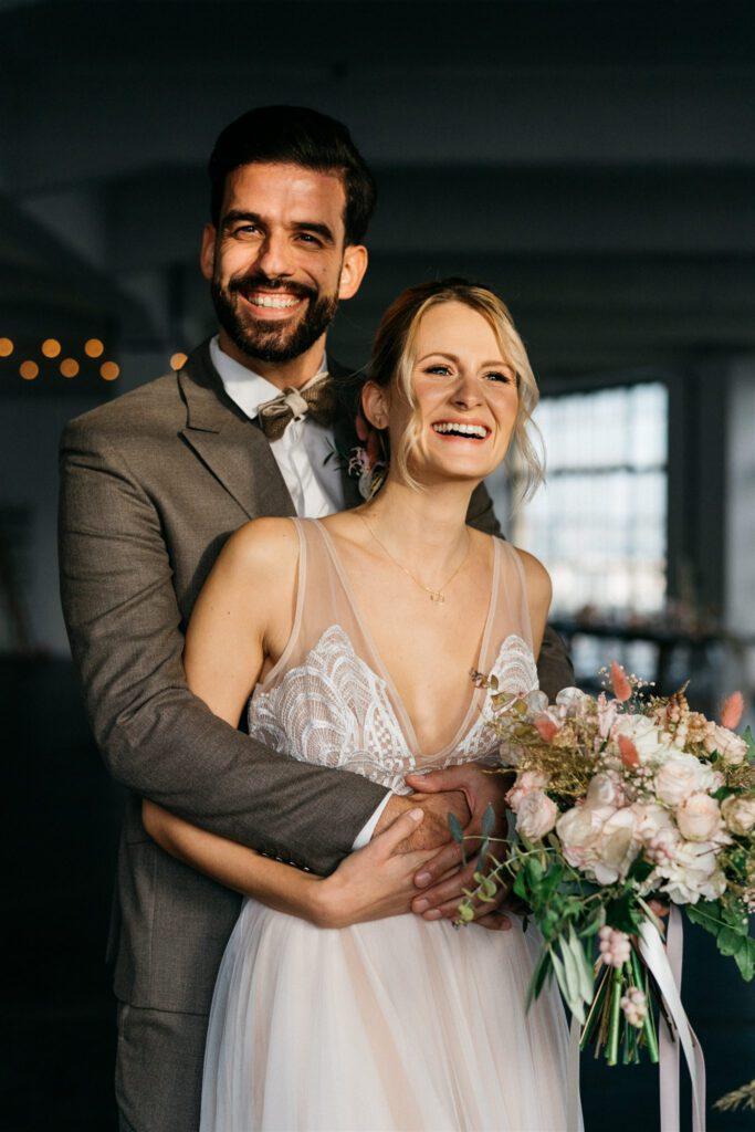 Strahlendes Brautpaar | Freie Trauungszeremonie | Strauß & Fliege