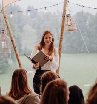 Traurednerin Marina Danner | Hochzeitsredner Chiemsee | Strauß & Fliege
