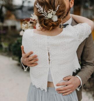 Boho Brautkleid aus Strick und in Farbe | Strauß & Fliege