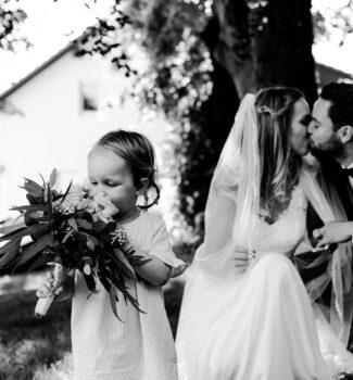 Freie Trauung   Blumenmädchen und Brautpaar   Strauß & Fliege