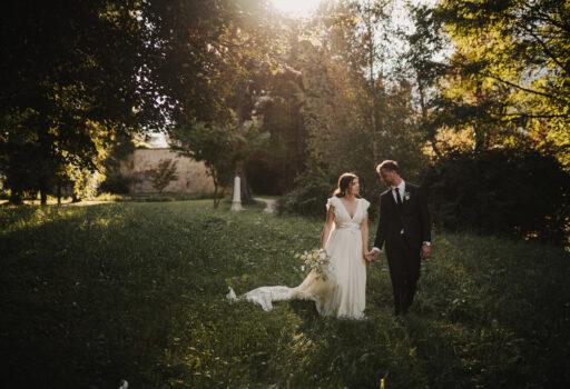 Brautpaar auf Waldlichtung   Freie Trauung   Strauß & Fliege