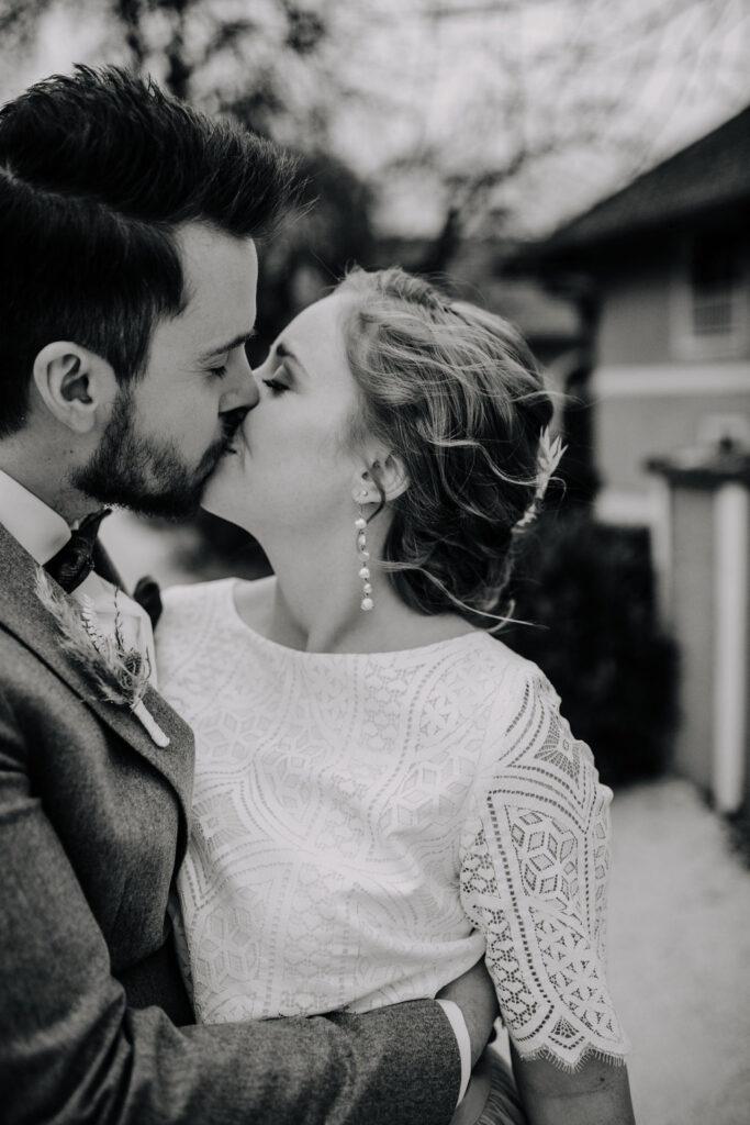 Kuss des Brautpaares | Boho Hochzeit zu zweit | Strauß & Fliege