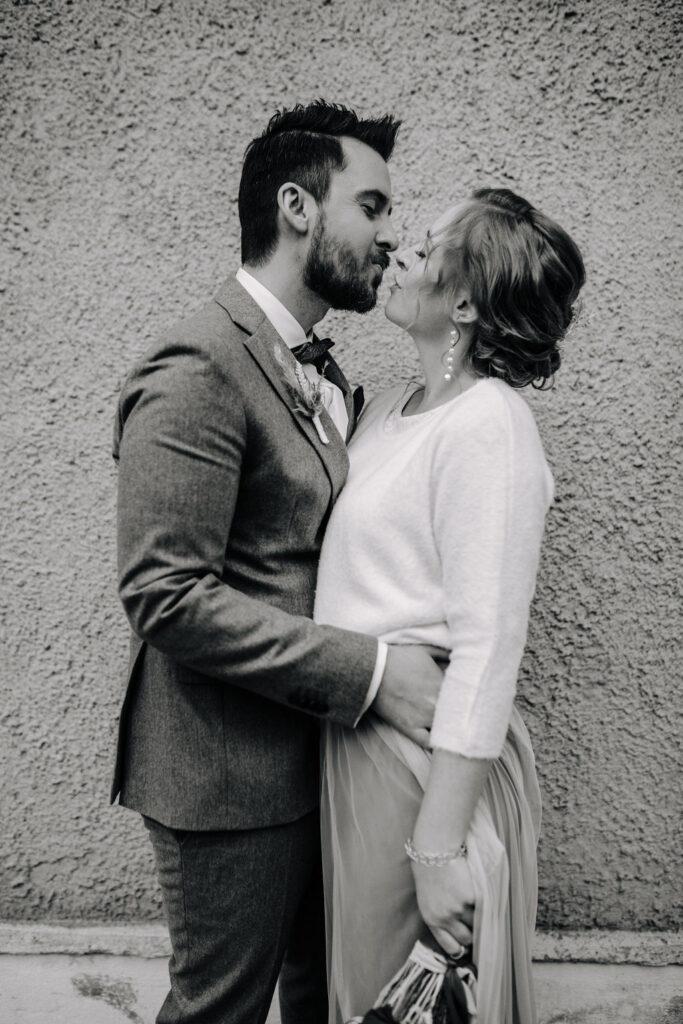 Brautpaar nach der Zeremonie | Boho Hochzeit zu zweit | Strauß & Fliege