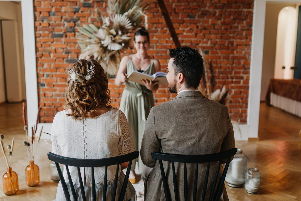 Persönliche Traurede | Brautpaar während Zeremonie | Strauß & Fliege