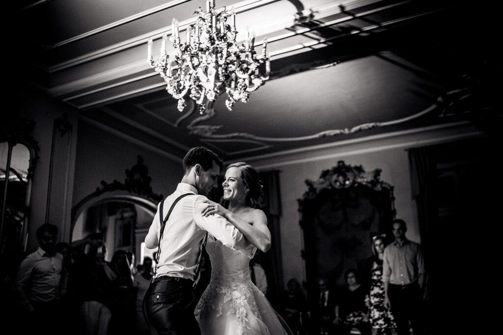 Erster Tanz von Braut und Bräutigam | Strauß & Fliege