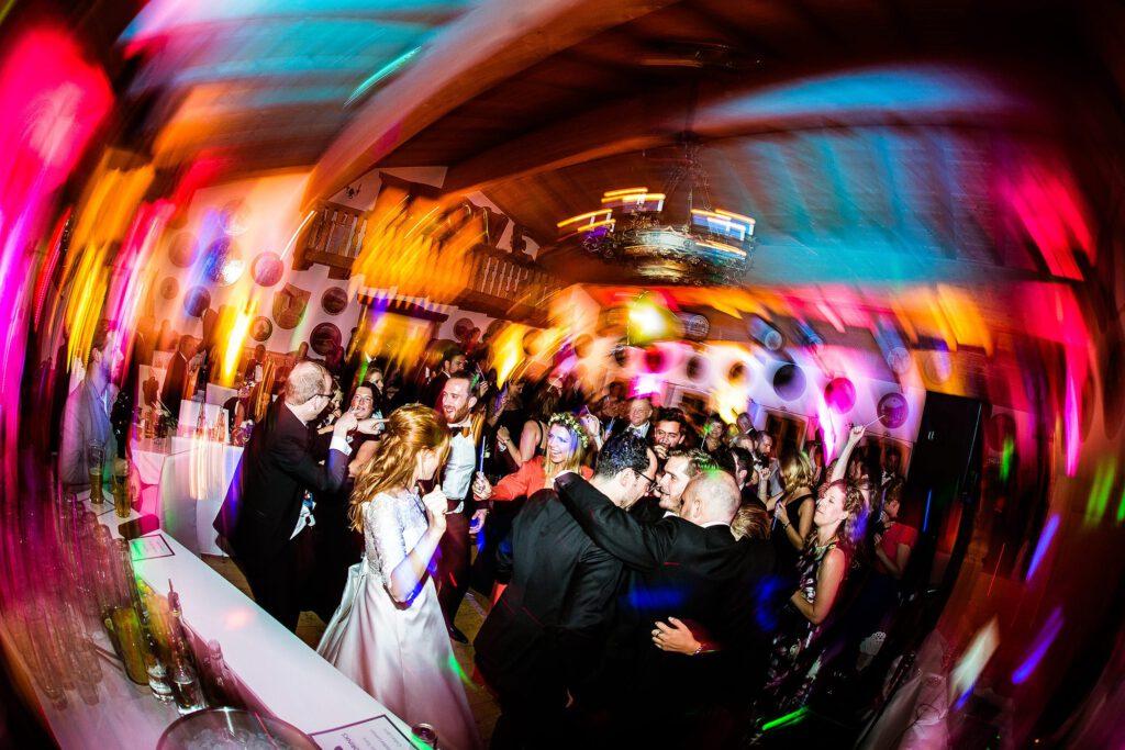 Wilde Party auf der Hochzeitsfeier | Strauß & Fliege