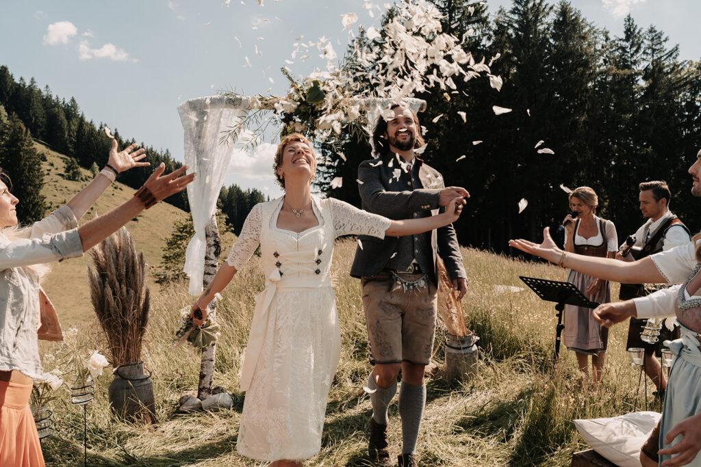 Freie Trauung in den Bergen | Brautpaar im Blumenregen | Strauß & Fliege