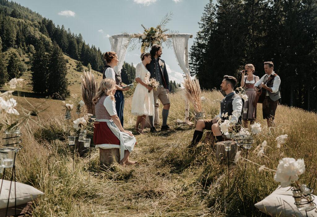 Freie Trauung in den Bergen | Hochzeit auf der Weyerer Alm | Strauß & Fliege