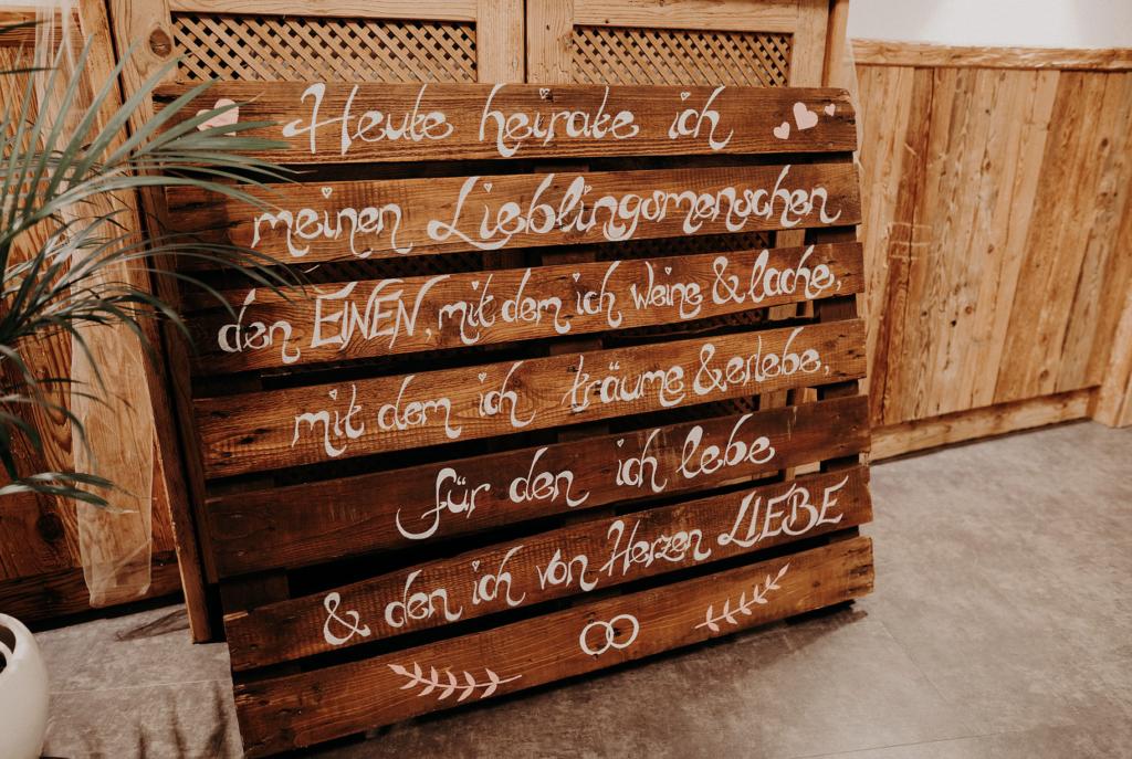 Hochzeitsdekoration | Holzpalette mit Zitat | Strauß & Fliege