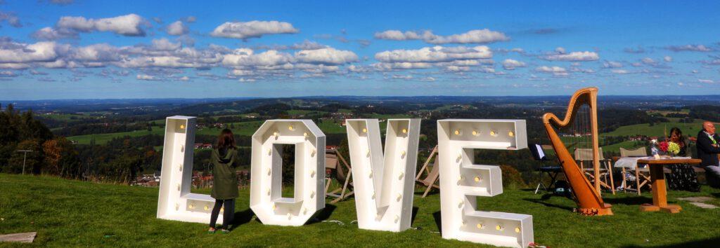 Hochzeitsdekoration | LOVE Letters Buchstaben | Strauß & Fliege