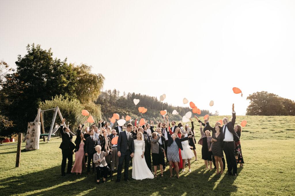 Jubelnde Hochzeitsgäste | Luftballons | Strauß & Fliege