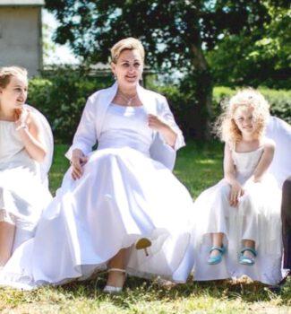 Erneuerung Eheversprechen mit Kindern in der Zeremonie   Strauß & Fliege
