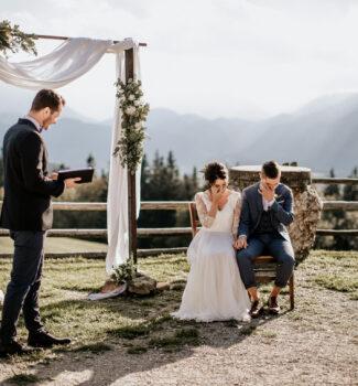 Freie Trauung in den Bergen   Brautpaar in Tränen   Strauß & Fliege