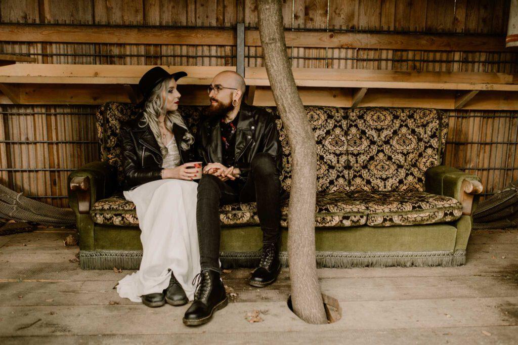 Freie Trauung München   Brautpaar Rock Glam Stil   Strauß & Fliege