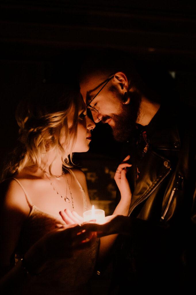 Brautpaar im Kerzenschein   Rock Goth Glam Style   Strauß & Fliege